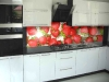 stiklas-virtuveje-tarp-spinteliu-3