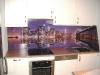 stiklas-virtuveje-tarp-spinteliu-5