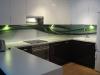 stiklas-virtuveje-tarp-spinteliu-6